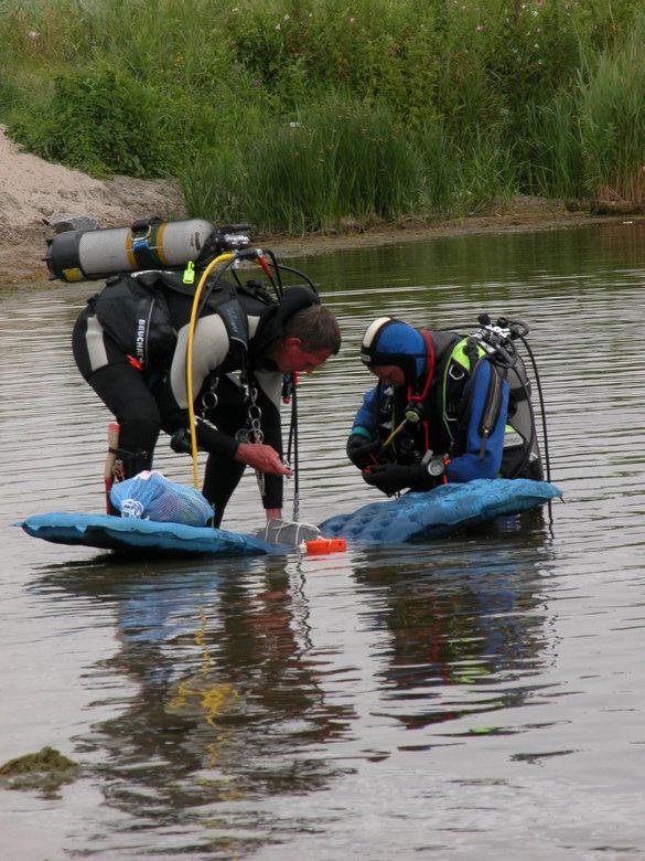 Duikje met handicap - Deze ervaren duikers gaan wel eens proefjes doen onder water.<br /> Dan gaan er soms spullen mee en was het een stuk lood van 4