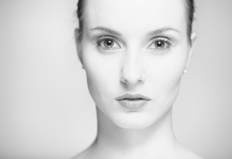Whites - Een van de resultaten van een dagje stoeien met een nieuwe beautydish en een paar speedlights.<br /> <br /> Moldel: Silke Slaghuis<br /> M