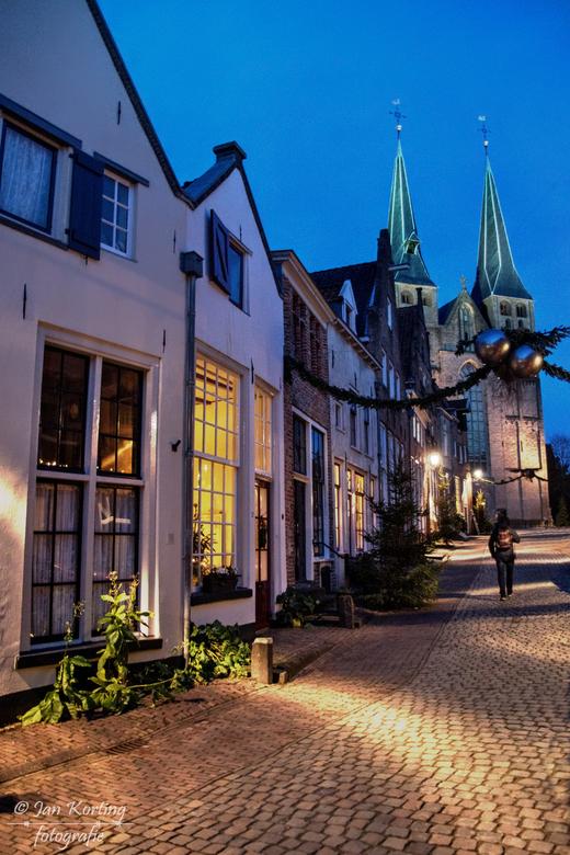 De eenzame wandelaar  - ach ja, een bekend straatje in Deventer, de Bergkerk en een eenzame wandelaar. Meer afgezaagd kan het ook niet!!<br /> <br />