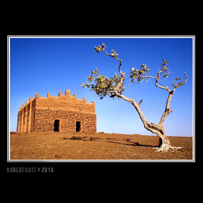 moskee Bani - Het dorpje Bani in Burkina Faso staat bekend om zijn 7 moskeen die geheel tegen de regels van de islam niet naar het oosten staan gerich