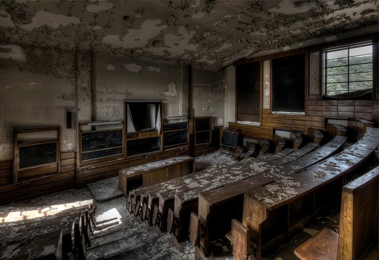 school is niet meer wat het was - collegezaal vervallen school, Belgie