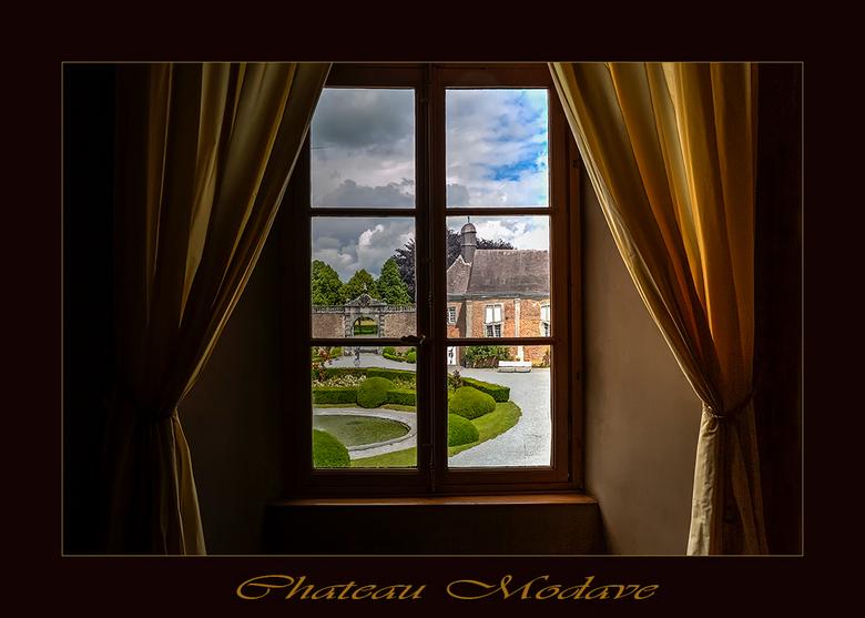 Chateau Modave Belgie - Hierbij een foto van het chateau van Modave van binnenuit genomen. Er zit oud glas in het raam waardoor een soort gebroken spi
