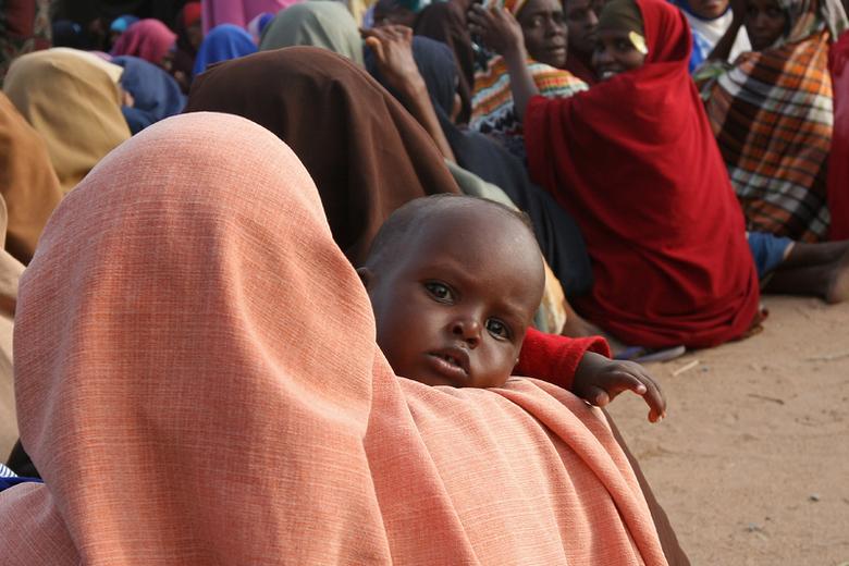 Waiting for a new life - Een groep Somalische vrouwen en hun kinderen wachten op toelating tot het vluchtelingenkamp in Dadaab, bij de grens met Kenia