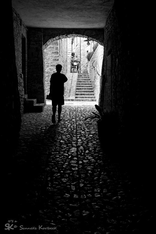 Die mooie kleine straatjes in Umbrië - Wat kun je toch heerlijk slenteren door die prachtige straatjes/steegjes in Italië. Weg van alle vakantiedrukte