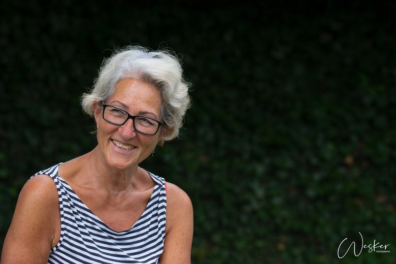 Mijn schoonmoeder - Mijn schoonmoeder twee jaar geleden buiten gefotografeerd tijdens de zomer. Super mooie foto