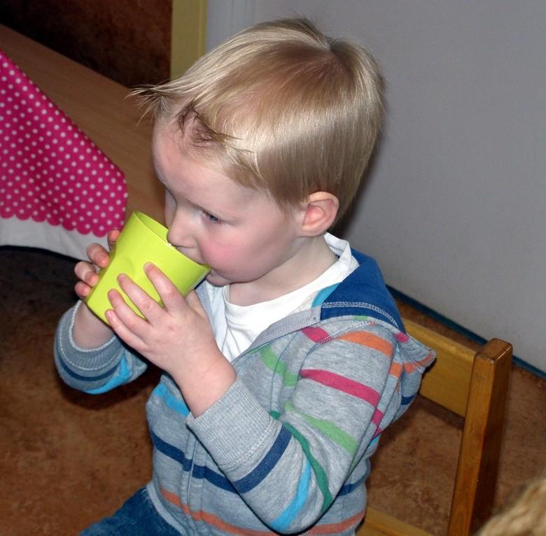 Lekker drinken  - Deze foto is gemaakt op 03-03-2011 tijdens een Opa en Oma dag bij een kinderopvang. Deze jongen zat naast ons, en keek mij iedere ke