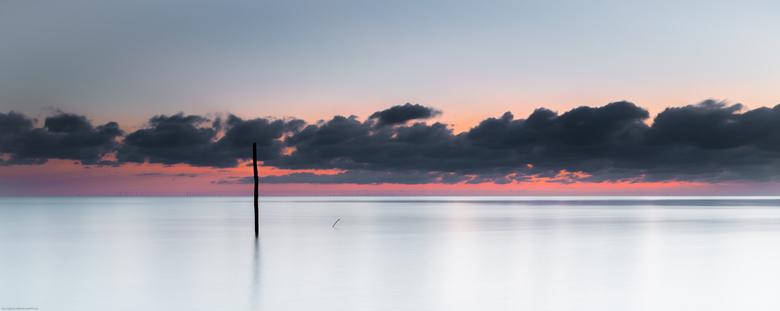 Angry sky - Boze luchten aan het IJsselmeer, bij Hindeloopen. Helemaal in de verte is Noord-Holland aan de horizon waarneembaar..