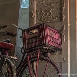 Roze fiets/ oude deuren