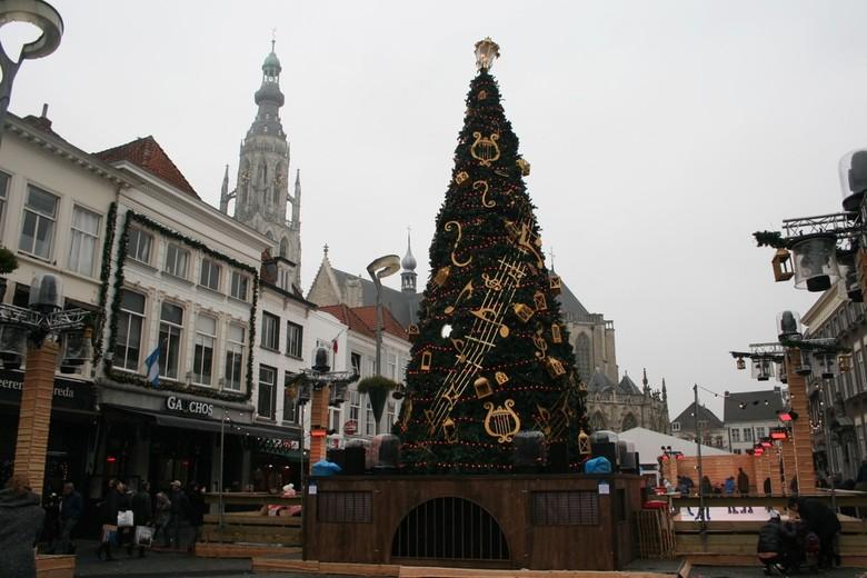 Kerstboom Breda - De kerstboom probeert de toren naar de kroon te steken.....