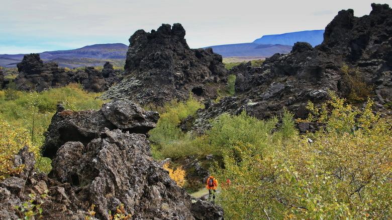 """IJsland -20- - Het natuurreservaat Dimmuborgir (IJslands voor &quot;duistere burchten&quot<img  src=""""/images/smileys/wilt.png""""/>  bestaat uit een dool"""