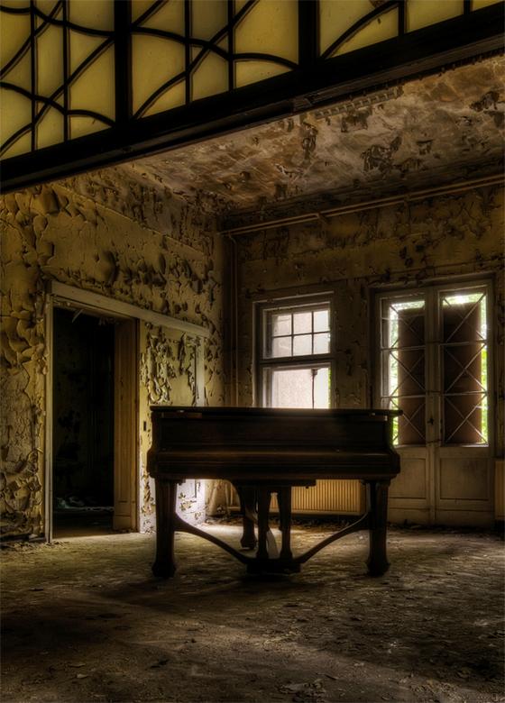 the pianoman is gone - achtergebleven vleugel in verlaten ziekenhuis in Duitsland