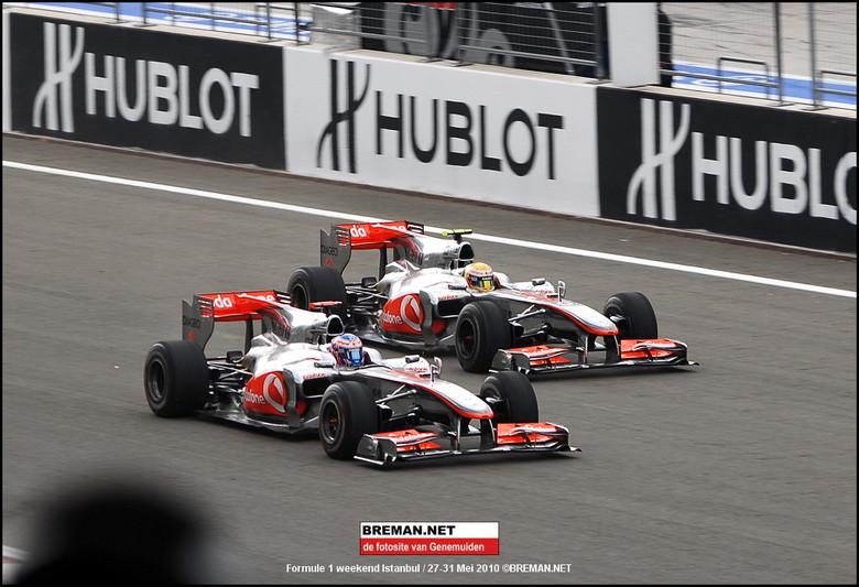 Formule 1 Istanbul 2010 - Inhaalactie van Button op Hamilton op het rechte stuk, ruim 300 km/h.<br /> Istanbul 2010
