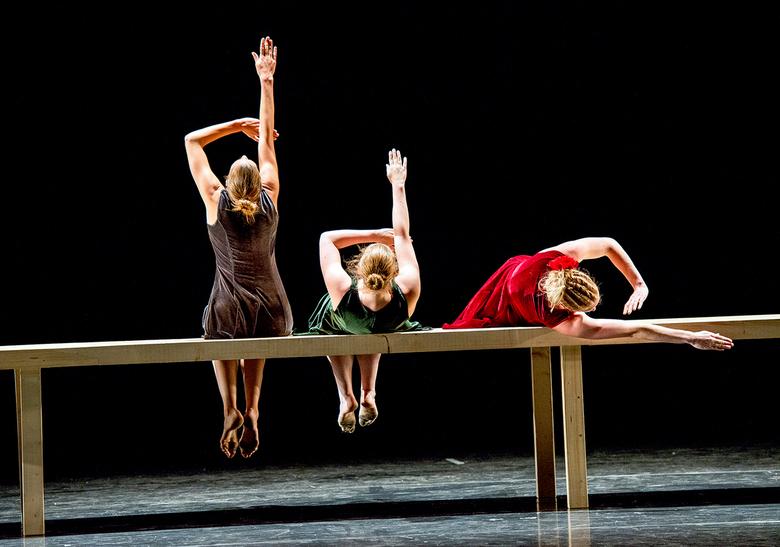 bewegingssequentie 1 - tijdens een balletvoorstellingen voeren drie vrouwen op een tafel een serie bewegingen in canon uit