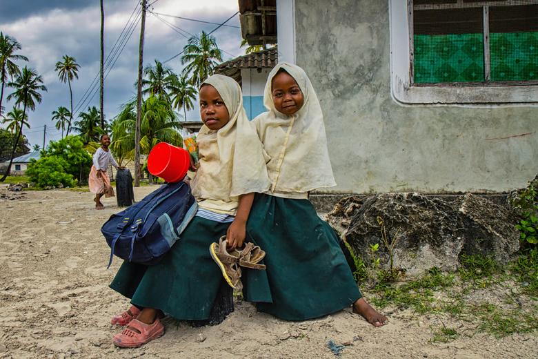 When I grow up, I want to be... - Deze twee schattige meisjes kwamen net thuis van school in het vissersdorpje Jambiani. Als ik tijdens mijn reizen me