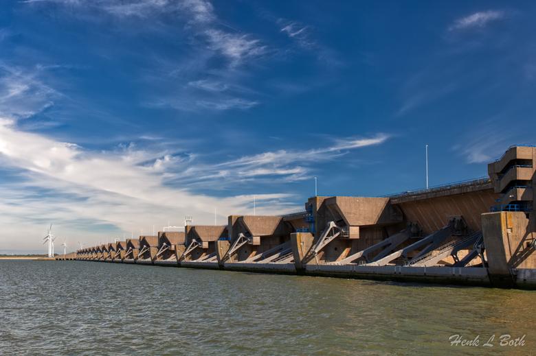 Haringvlietsluizen aan de zeezijde - Het is het eerste Deltawerk dat de status van Rijksmonument heeft verkregen.
