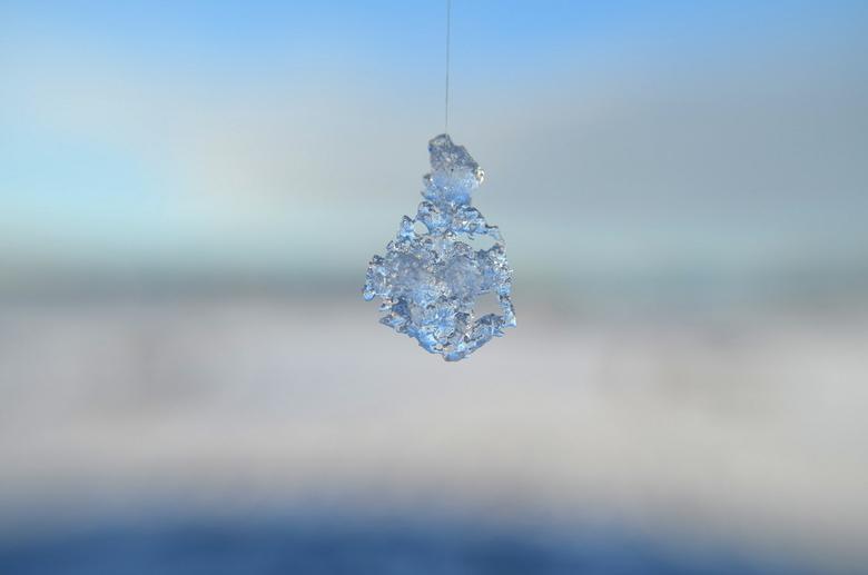 Frozen water drop - Omgeven door een wit landschap, juist op zoek naar detail en eenvoud.