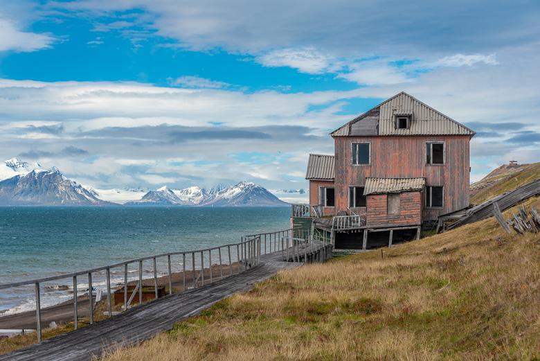 Barentsburg op Spitsbergen - Verlaten huis aan het fjord in de actieve mijnstad Barentsburg op Spitsbergen.