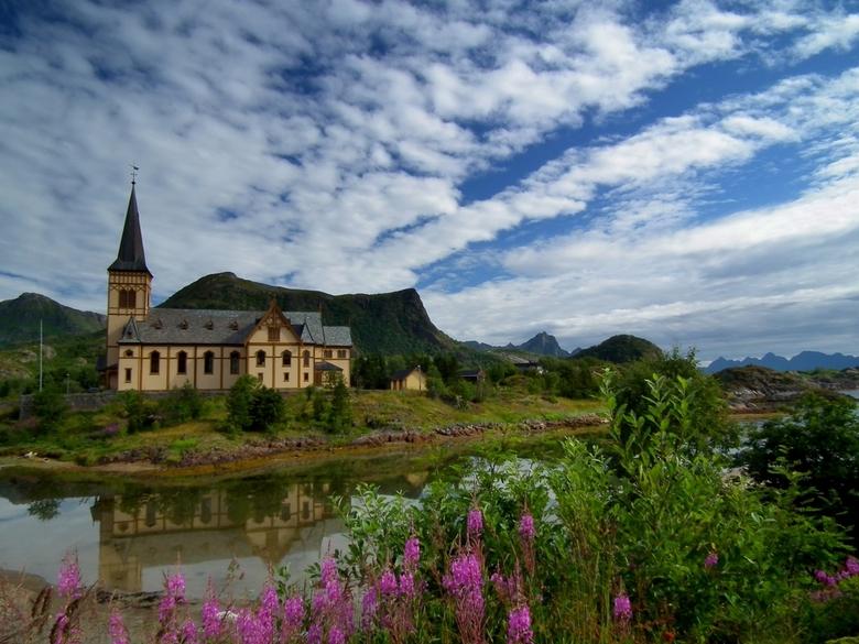 Vagan Kirke - De kathedraal van de Lofoten een eilandengroep voor de noorse kust.foto is genomen door mijn vrouw tijdens onze huwelijksreis afgelopen