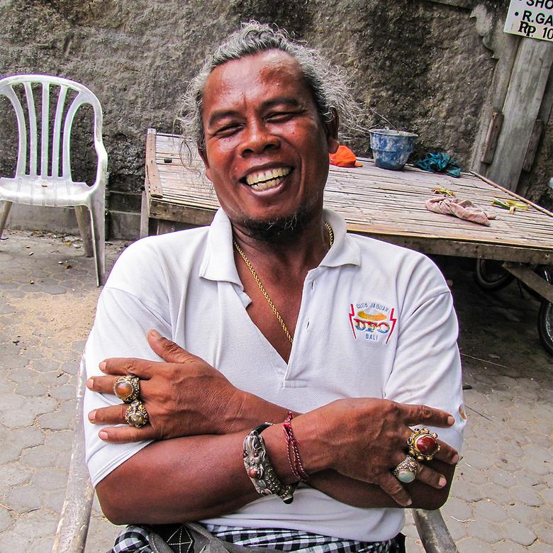 Ringen - Een vrolijke Balinees laat vol trots zijn ringen zien