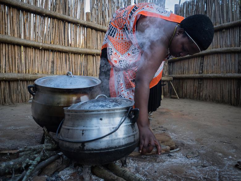 Basic cooking - Tijdens een bezoek aan een cultural village in Swaziland was ik druk doende om de pannen op het vuur van dichtbij te fotograferen. Ine