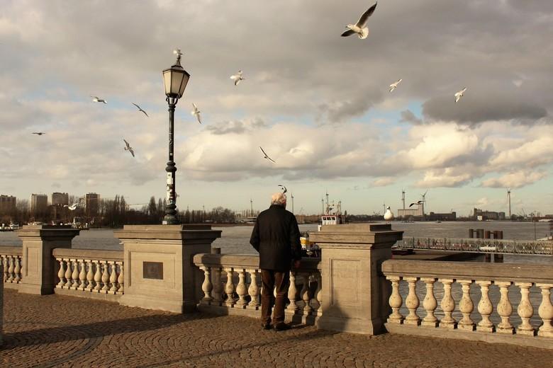 Verzonken in gedachten - Toen ik deze meneer langs het water bij het Steenplein te Antwerpen zag staan, helemaal verzonken in zijn eigen gedachten, en