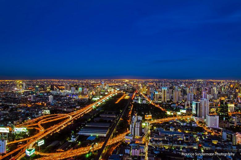 Bangkok by night - Deze foto heb ik bijna een jaar geleden gemaakt in Bangkok (Thailand). De foto is genomen vanaf een wolkenkrabber waardoor alle and
