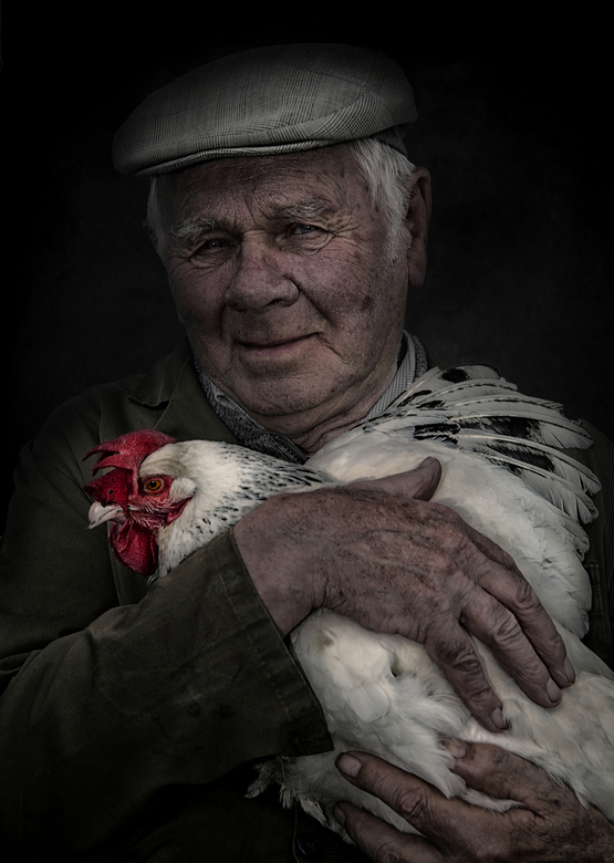 True love.... - Een portret van mijn vader,dierenvriend,hield enkele kippen, waarvan er eentje zijn lievelingsdier was en dus zeer tam...De dag na de