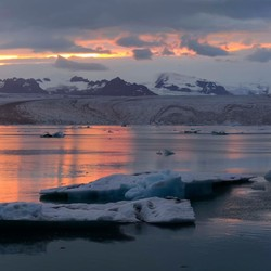 avondlicht over het ijsmeer Jokulsarlon (IJsland)