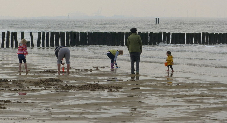 Strandtafereel. - Deze foto maakte ik op het strand bij Cadzand Bad, vond dit wel een leuk tafereel. Lekker kliederen en modderen op het strand achter