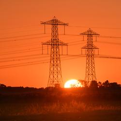 Zonsondergang tussen de electra masten