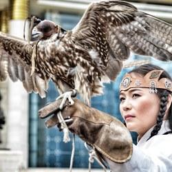 Mongoolse vrouw met roofvogel
