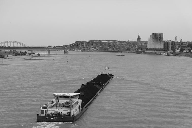 Boot nadert Nijmegen -