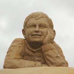 Jongetje dat kijkt, zandsculptuur