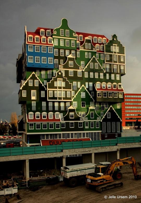 Aan de Zaanse grachten... - Nieuwe Innotel hotel naast station Zaandam, ik moest even uitstappen afgelopen zondag om het te bewonderen. Geweldige arch