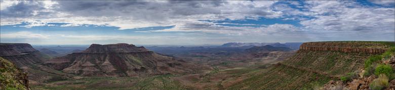 Panorama Etendeka Plateau - Het Etendeka Plateau in Namibië en het Paraná Plateau in Brazilië zijn 300 miljoen jaar geleden ontstaan als gevolg van de