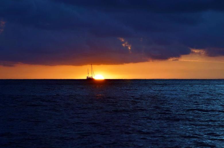 Botsing - Je zult het geloven of niet maar deze boot had ondanks alle ruimte bijna een aanvaring met de zon. Jaaaah ik weet dat ik de derden regel nie