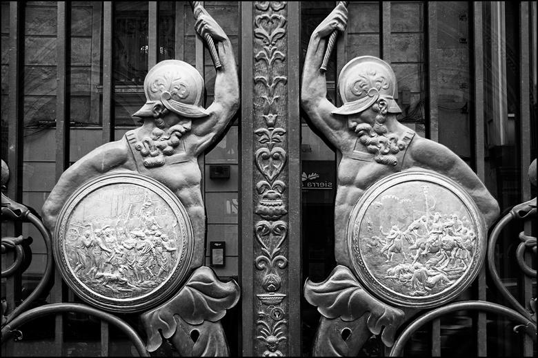 Valencian art 14 - Bank- en overheidsgebouwen, als ook kerken maken al heel lang gebruik van beeldtaal bij het uitdragen van hun boodschap van kracht,
