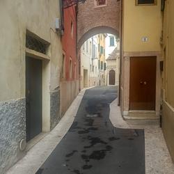 Uitgestorven straatje in Verona, Italie