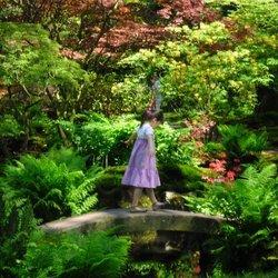 japanse tuin met klein meisje