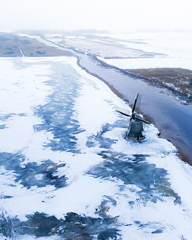 Sneeuw en ijs op de polder - Wanneer het net genoeg heeft gevroren is de Ryptsjerksterpolder één van de eerste plekken in Nederland waar geschaatst ka