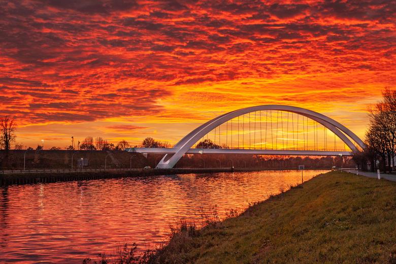 Spoorbrug - ondergaande zon - De spoorbrug bij Zuidhorn bij ondergaande zon