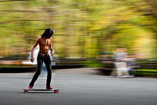 Skateboarding in Central Parc - Kom net uit vliegtuig rollen, maar moest deze even in groot zien. Oude techniek van fotografieles uit de kast getrokke