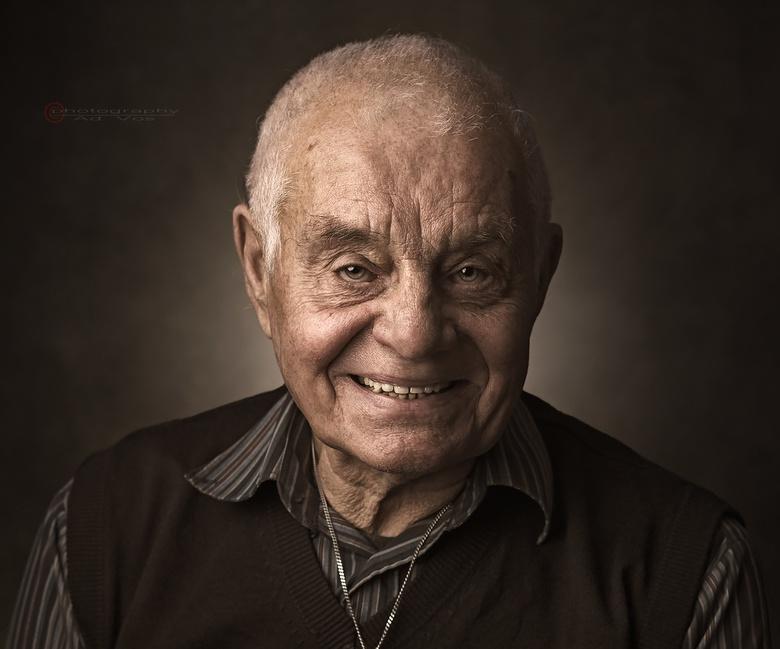 old grin - Deze alleenstaande, maar kranige oude baas, reageerde welwillend op mijn verzoek om te poseren..<br /> Opmerkelijk aan deze ruim 80-jarige