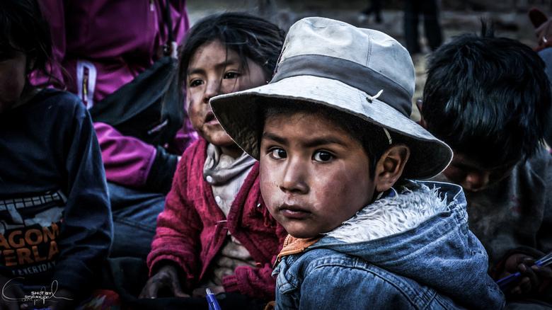 Kids - Plezier maken met een aantal kinderen in een klein dorpje.