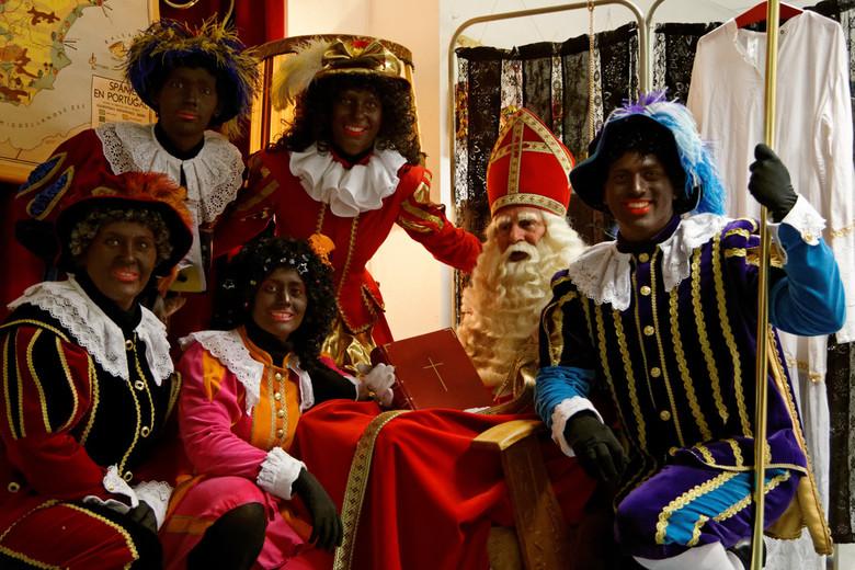 Sint en zijn pieten - groepsfoto van de Sint met zijn pieten