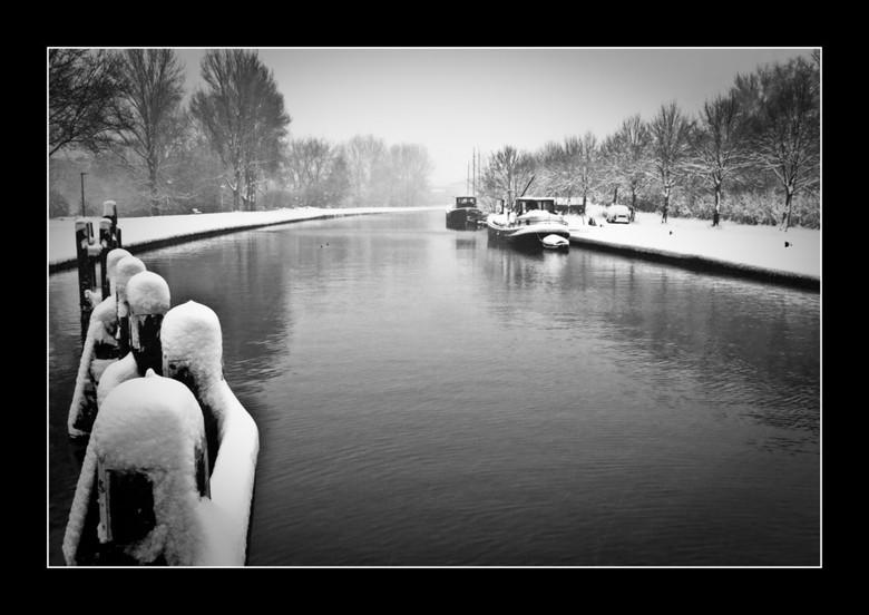 Winter in Groningen - Hoornse Diep.<br /> Met dank aan Thijs (Vanmas) voor de omzetting naar zwart-wit en het weghalen van 2 vuiltjes. (Ik blijf met