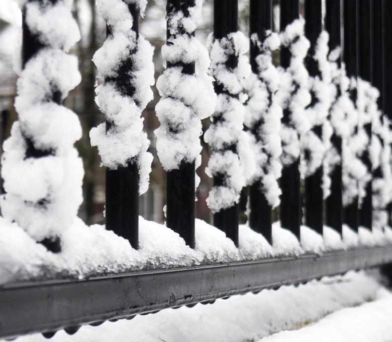 Kunst(ige) sneeuw - Op mijn dooie akkertje liep ik terug van een middag in de sneeuw fotograferen. Mijn oog viel op dit hekwerk waar de sneeuw wel hee