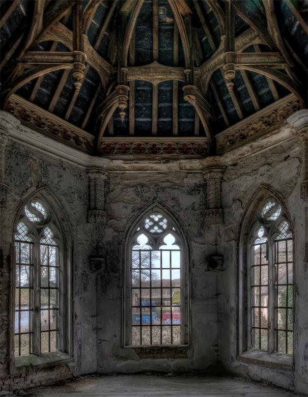 buiten dienst ... - kapelletje in een (3e) Belgisch vervallen kasteel