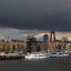 Donkere wolken pakken zich samen boven Rotterdam.