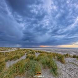 Regenlucht boven  het Texelse Strand.
